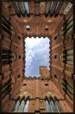 Vue ascendante d'église de Sienne Photos libres de droits