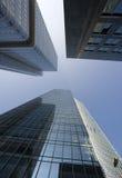 Vue ascendante de gratte-ciel de bureau photographie stock