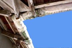 Vue ascendante des gouttières négligées moisies d'amiante Image stock