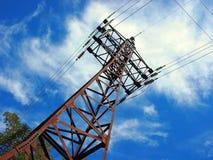 Vue ascendante diagonalement à la ligne électrique et au pylône Photos stock
