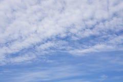 Vue ascendante, vague de brave homme et nuages pelucheux blancs sous le ciel bleu profond photos stock