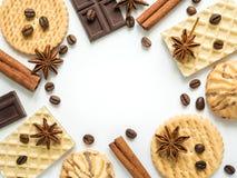 Vue assortie de café de cannelle de gaufrette de biscuit sur le blanc Photographie stock libre de droits
