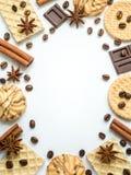 Vue assortie de café de cannelle de gaufrette de biscuit sur le blanc Images stock
