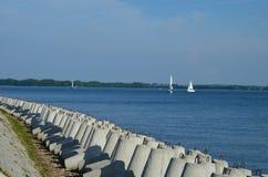 Vue au beau lac en Pologne Mazury au jour de vacances ensoleill? photographie stock libre de droits