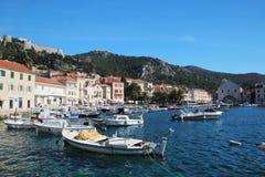 Vue au château dans Hvar de promenade, Croatie Images stock