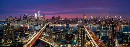 Vue au-dessus d'horizon de Manhattan et de Brooklyn pendant le coucher du soleil Images stock