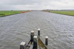 Vue au-dessus d'un canal et des pr?s photo libre de droits
