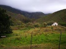 Vue au-dessus d'une ferme entre les montagnes brumeuses un jour pluvieux en Robertson South Africa images libres de droits