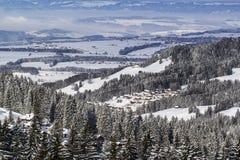 Vue au-dessus d'une vallée suisse Photo stock