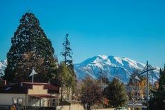 Vue au-dessus de bâti Hutt de village de Methven, Cantorbéry, île du sud, Nouvelle-Zélande image stock