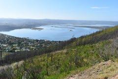 Vue au-dessus de Knysna avec la grande lagune bleue célèbre en Afrique du Sud Image libre de droits