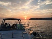 Vue au-dessus de l'arc d'un grand yacht de luxe de moteur avec le secteur de pont sur la mer ouverte tropicale avec des montagnes photographie stock libre de droits