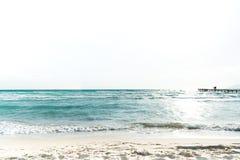 Vue au-dessus de l'océan et d'un pilier dans le silhoutte avec des personnes dessus Photo libre de droits