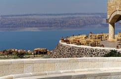 Vue au-dessus de la terrasse du musée à la mer morte en Jordanie avec les montagnes de l'Israël sur la banque opposée photos libres de droits