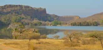 Vue au-dessus de lac au parc national de Ranthambore image libre de droits