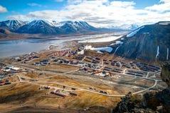 Vue au-dessus de Longyearbyen d'en haut, le Svalbard Image stock
