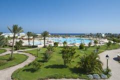 Vue au-dessus de piscine tropicale de station de vacances Images stock