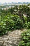 Vue au-dessus de premier plan d'escaliers de pierre de Guilin Image stock