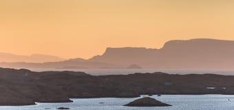 Vue au-dessus de Scalpay et d'île de Skye regardant de l'île de Harris en Ecosse photos libres de droits