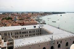 Vue au-dessus de Venise et des doges palais, Italie Images stock