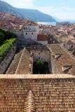 Vue au-dessus de vieux dessus de toit de ville de Dubrovnik avec la cour dans le premier plan Photos libres de droits