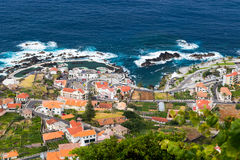 Vue au-dessus de village de Porto Moniz, île de la Madère, Portugal Photographie stock libre de droits