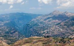 Vue au-dessus de ville de Bsharri en vallée de Qadisha au Liban Photographie stock libre de droits