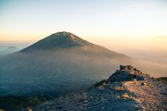 Vue au-dessus de volcan de Merbabu de montagne de Merapi Images stock