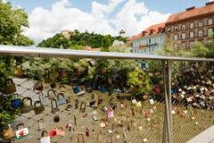Vue au-dessus des casiers d'amour à la vieille tour d'horloge sur Schlossberg, colline de château, à Graz, l'Autriche Image libre de droits