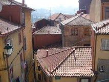 Vue au-dessus des dessus de toit de la vieille région de ville de Porto photographie stock libre de droits