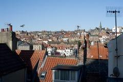 Vue au-dessus des dessus de toit d'une ville Photographie stock