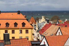 Vue au-dessus des dessus de toit dans Visby, Suède Photographie stock libre de droits