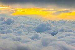 Vue au-dessus des nuages Photos stock