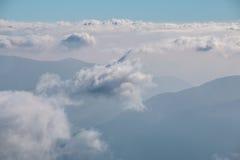Vue au-dessus des nuages dans le ciel Images stock
