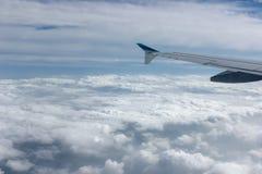 Vue au-dessus des nuages de fenêtre d'avion Photos stock