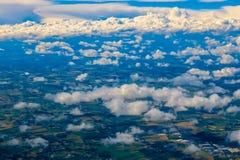 Vue au-dessus des nuages de l'avion Image stock