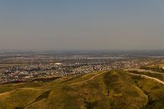 Vue au-dessus des périphéries de ville à la plaine plate Photographie stock libre de droits
