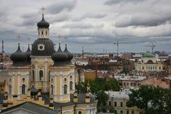 Vue au-dessus des toits de la vieille ville européenne Photographie stock libre de droits