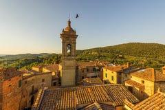 Vue au-dessus des toits du village médiéval en Italie, Castelmuzi Image libre de droits