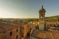 Vue au-dessus des toits du village médiéval en Italie, Castelmuzi Photographie stock