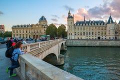 Vue au-dessus du changement d'en de Pont de pont à Ile de la Cite avec de Paris, France Images libres de droits