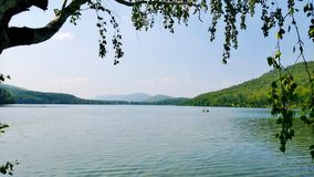 Vue au-dessus du lac aux collines bleues Images stock