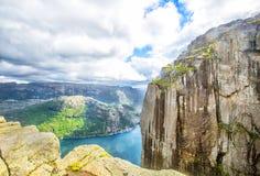 Vue au-dessus du Preikestolen de renommée mondiale roche - ou de pupitre - au-dessus du Lysefjord Images stock