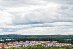 Vue au-dessus du voisinage résidentiel entouré par nature Photo libre de droits