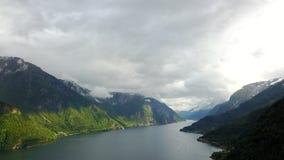 Vue au fjord et à l'eau du bourdon en Norvège Photo stock