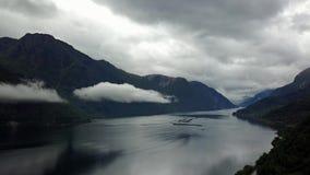 Vue au fjord et à l'eau du bourdon sur l'air Norvège clips vidéos