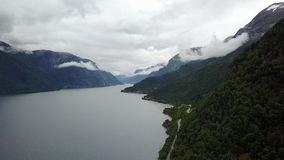 Vue au fjord et à l'eau du bourdon sur l'air Norvège banque de vidéos