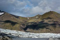 Vue au glacier de Skaftafellsjokull avec des ombres des nuages énormes, I photo stock