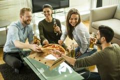 Vue au groupe d'amis mangeant de la pizza et buvant du cidre Images libres de droits