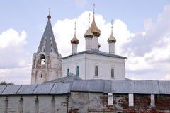 Vue au monastère des hommes de Nikolsky, Gorohovets, Russie avec un mur défensif devant lui images stock